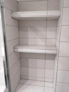 ράφια στην ντουζιέρα