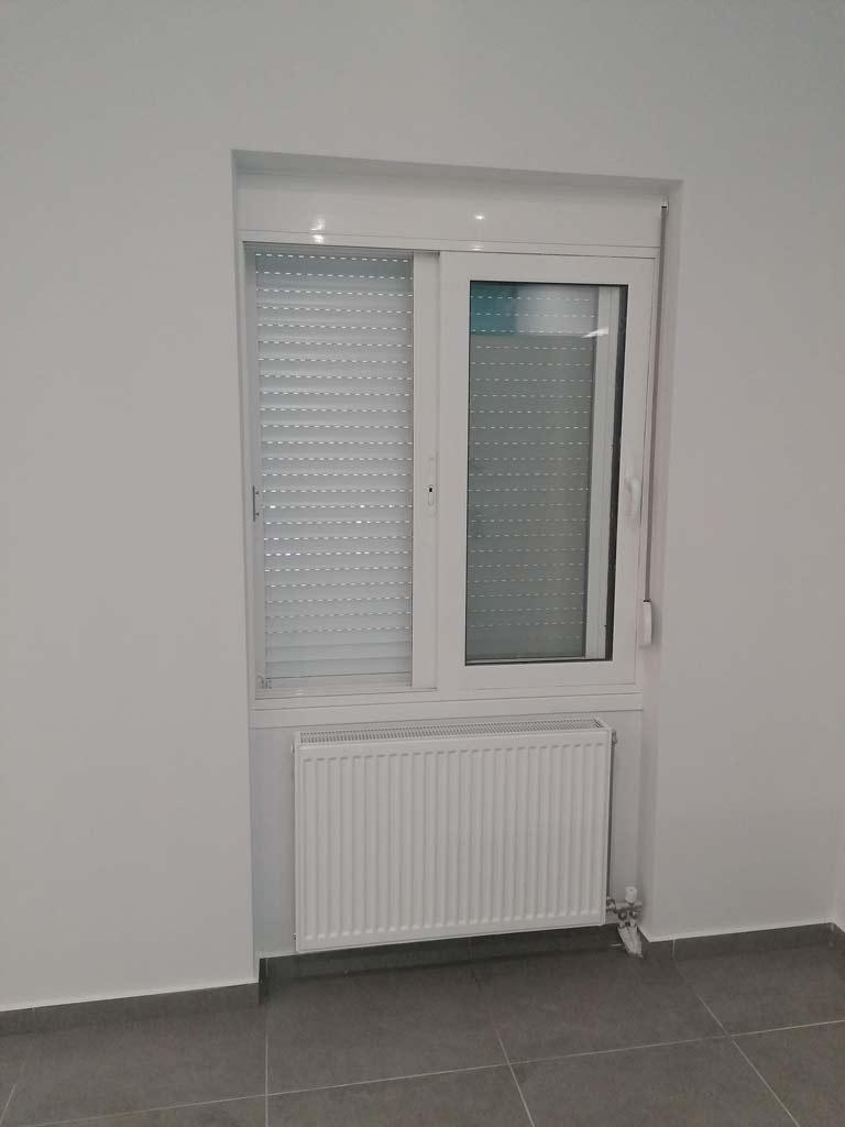 Καλοριφέρ και παράθυρο στο σαλόνι