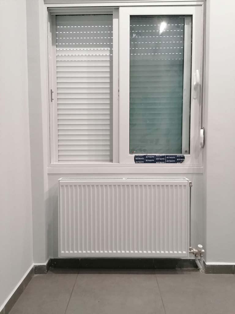 Καλοριφέρ και παράθυρο δωματίου