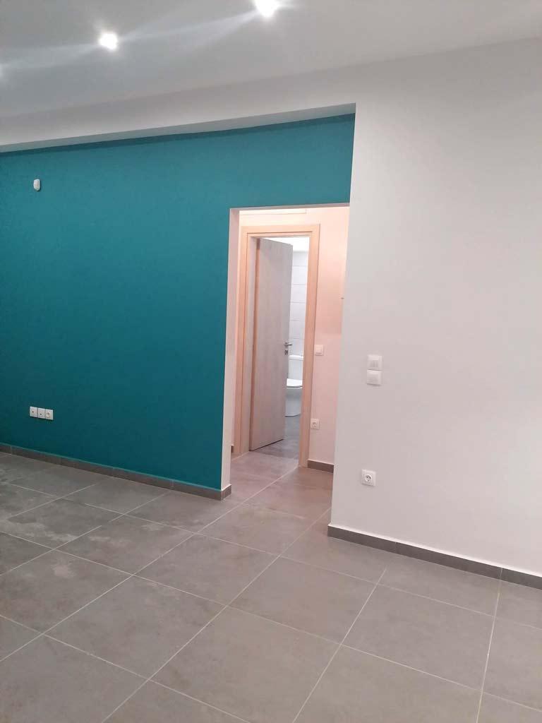 χρώμα πετρολ σε τοιχο σαλονιου