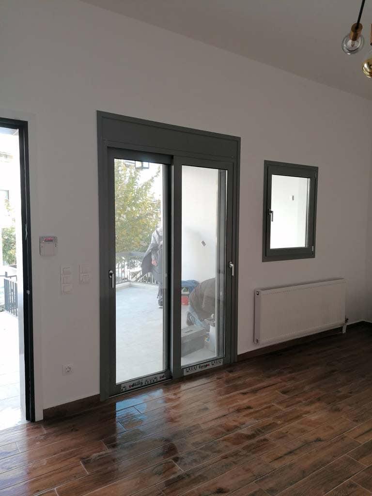 Μπαλκονόπορτα και παράθυρο στο σαλόνι