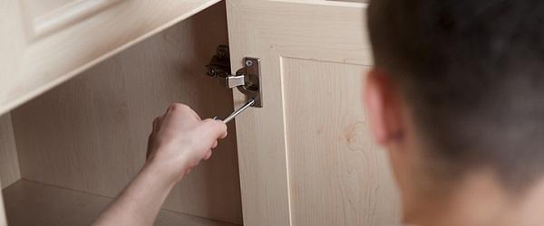 Αντικαταστήστε τα ντουλάπια και την πόρτα του μπάνιου