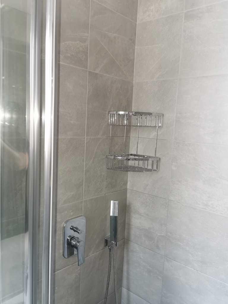 εντιχισμενη μπαταρια ντουσ σε wc με γωνιακο
