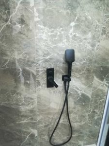 εντειχισμένη μπαταρία ντουζ μαύρη