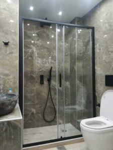 χτιστή ντουζιέρα με μαύρη καμπίνα ντουζ