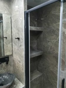 χτιστά ράφια σε ντουζιέρα